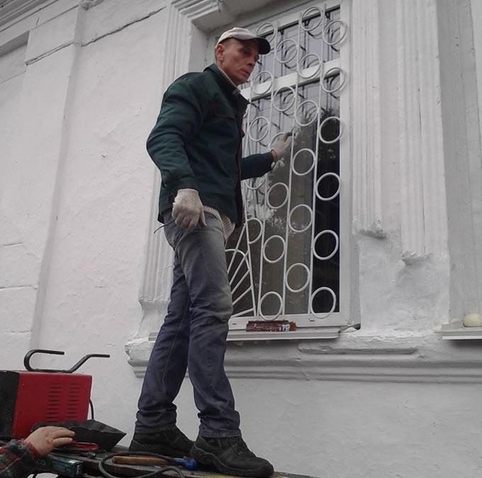 У Радомишльському краєзнавчому музеї замінили сторічні дерев'яні вікна на нові пластикові. + ФОТО